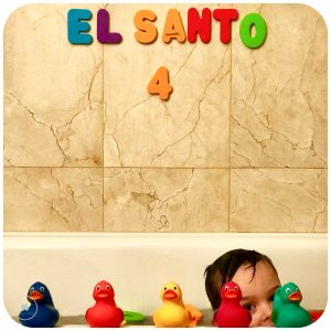 niño 4 años bañera con patos