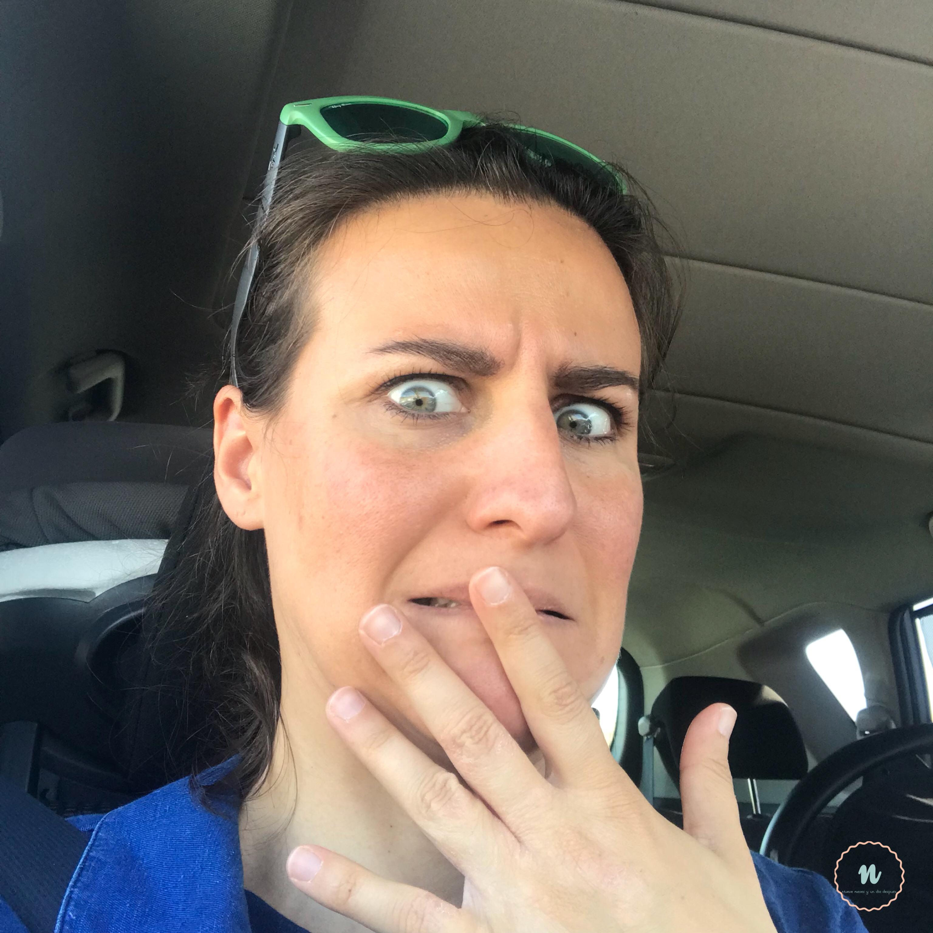 Madre asustada en coche por vacaciones con niños