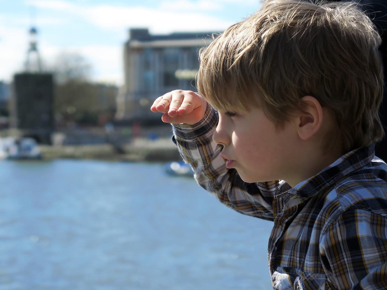 niño mirando vistas