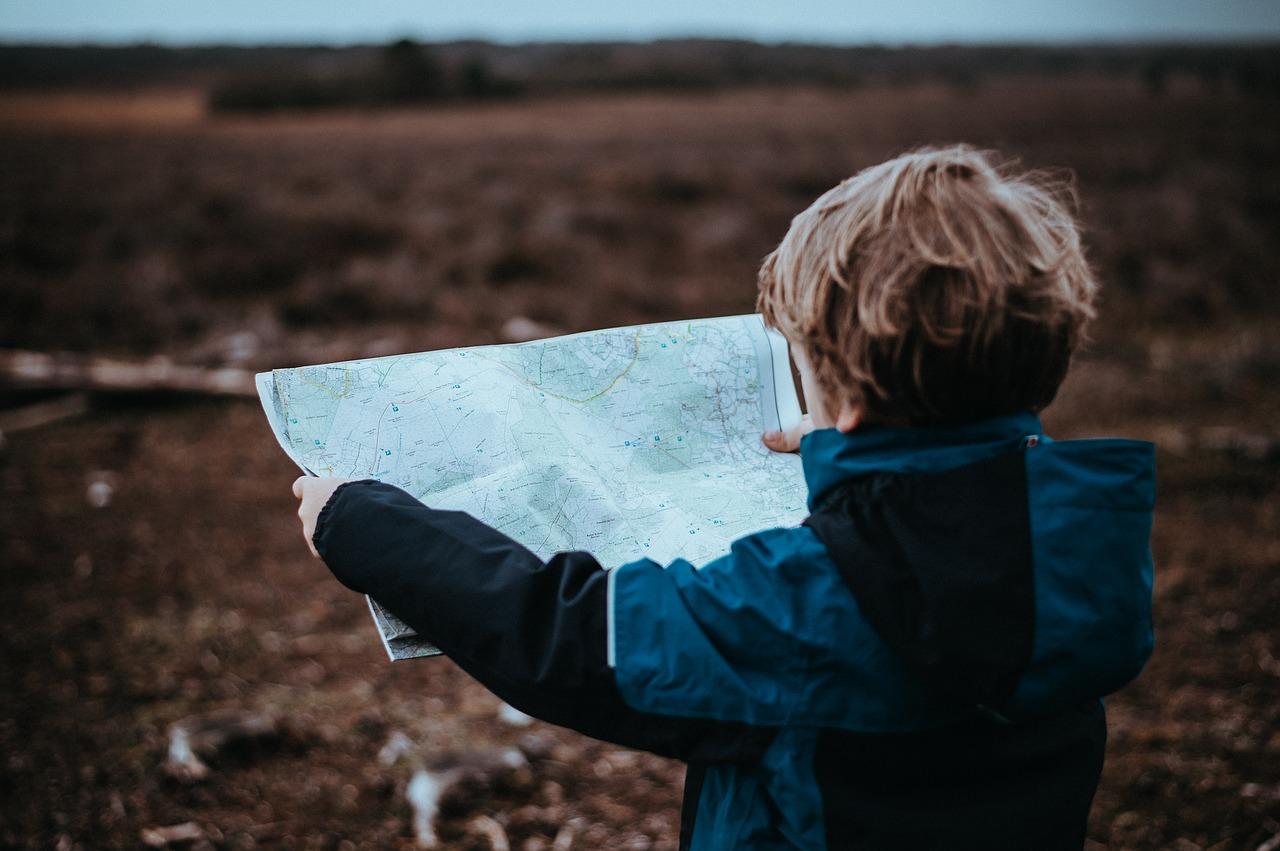 niño mirando mapa
