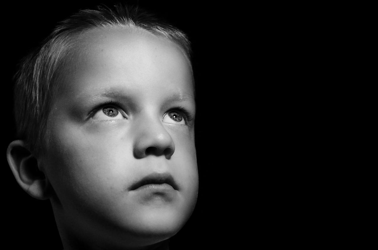 niño asustado y triste