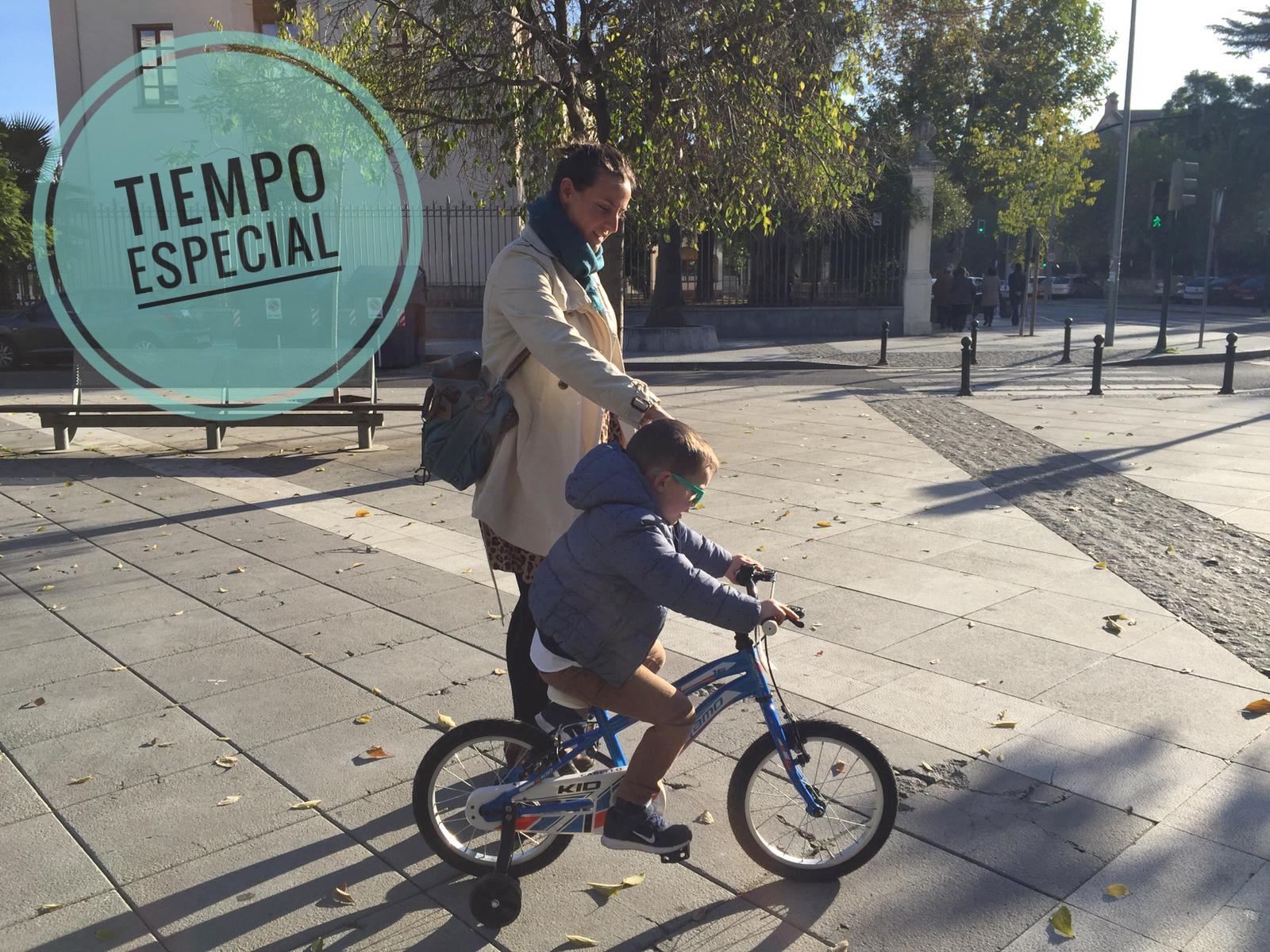Madre e hijo con la bici